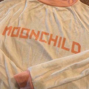 Superfin o mysig långärmad waffle tröja, vit o peach färg, moonchild. Från asdyra märket Wildfox Couture. Aldrig använd