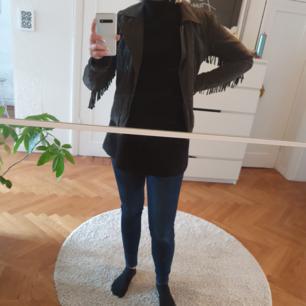 Mörk grå mocka jacka med fransar från Only. Köpare står för frakt eller mötas upp i Malmö/Köpenhamn 🌹