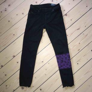 Svarta Diesel jeans med lila dödskallar. Köparen står för frakt men kan även mötas inom Stockholm.
