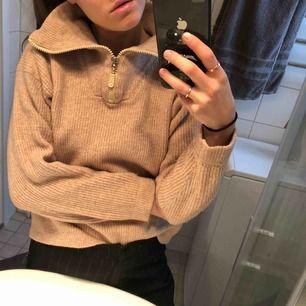 Varm mysig zip-tröja. Färgen gör sig mest rättvis på sista bilden :) Storlek L är märkt i tröjan men passar mig bra som är en S!