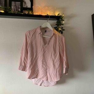Jättefin vit/rosa randig skjorta i bra skick.
