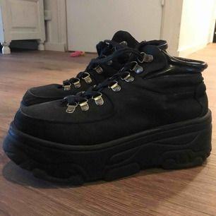 Chunky, grova, platform boots/sneakers. Lossnat en metallgrej men går att knyta ett snäpp ner utan problem. (Därav priset).