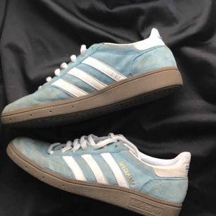 Adidas skor, lite smutsiga men går förmodligen bort efter en tvätt. Frakten tillkommer 💙