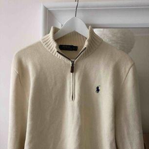 Benvit Ralph Lauren half zip tröja i storlek S unisex. Mkt fint skick men kommer ej till användning