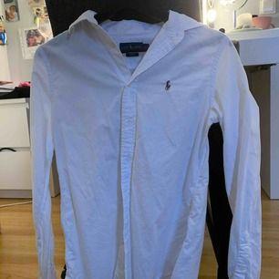 Superfin skjorta från Ralph Lauren i strl 4, passar mig som är en S. Använd cirka 5 ggr och är i jättefint skick. Köparen står för frakt!