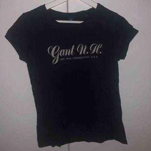 Mörkblå Gant t-shirt med ljusrosa text  Storlek S men skulle mer säga en Xs  Jätte fint skick! Köparen står för frakt