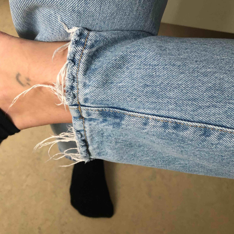 De populära slutsålda mom jeansen från gina tricot. Raka i benen. Inge stretch. Frakt 79kr. Nyskick. Inga defkter mer än slitningarna som var designade på byxan. Vid fler intresserade blir det budgivning. Jeans & Byxor.