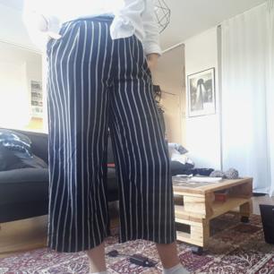 Ankellånga byxor, mörkblå och vitrandiga, 100%polyester, fickor, jag är ca 1,75 för referens! 🌻