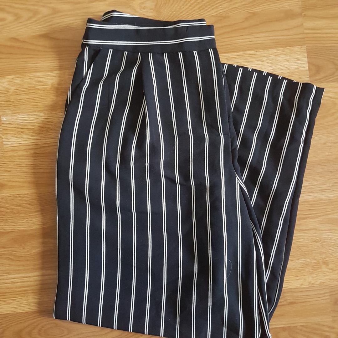 Ankellånga byxor, mörkblå och vitrandiga, 100%polyester, fickor, jag är ca 1,75 för referens! 🌻 . Jeans & Byxor.