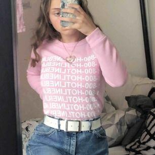 Supermysig sweater från något okänt märke. Passar xs,s och liten m. Jättefin färg😍