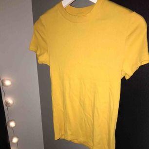 Gul ribbad tshirt från monki. Inköpt precis innan sommaren och är använd vid ett tillfälle (bild 2) Kolla sista bilden för mer info💗