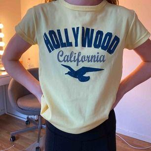"""En ljusgul tröja """"hollister"""". Köpt secondhand men är knappt använd"""