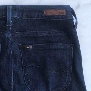 Äkta Lee-jeans i modellen Skyler, storleken är W28 L33. Har köpt de second hand i praktiskt taget nyskick, har själv inte använt dem mer än typ 1-2 ggr så de är fortfarande i väldigt fint skick. Frakt tillkommer på 59kr.