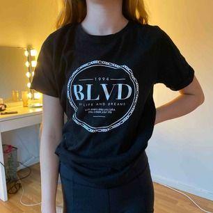 En svart T-shirt som knappt är använd