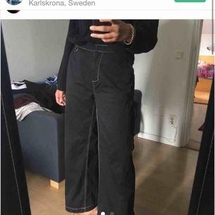 svarta Sweet sktbs byxor vita kontrastsömmar 🎲 med Köpt av annan säljare på plick  (hennes bilder) men aldrig använda av mig✨ Superfina men kommer inte till användning tyvärr :( Är nån intresserad kan ni få frakten på köpet!
