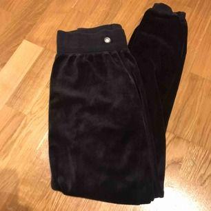 Svarta mjuka och sköna velour-byxor från Cubus