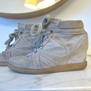 Mocka sneakers från märket pavement. Använda men i gott skick! Beige-grå i färgen. Nypris 1200kr