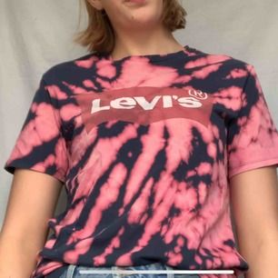 Levis T-shirt som är blekt! Frakt tillkommer