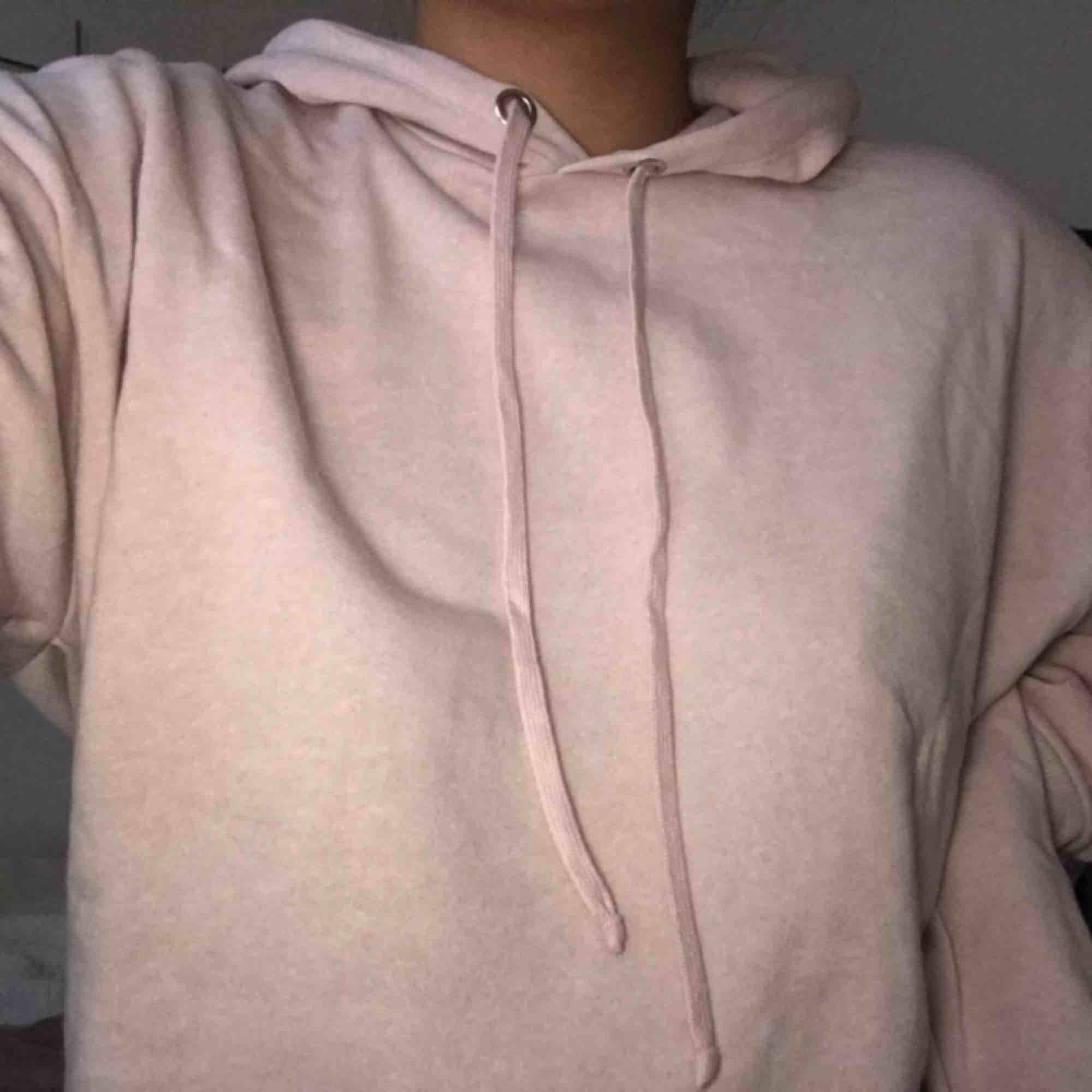 Cropped ljusrosa hoodie från H&M, aldrig använd. Möts upp i Gbg!. Huvtröjor & Träningströjor.