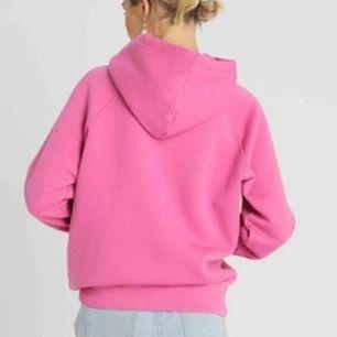 Säljer min jättefina rosa hoodie från bikbok, använd fåtal gånger men är i jättebra skick💓💓