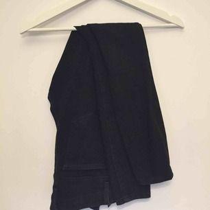 Svarta stretchiga jeans, kan även passa dig med storlek M! I priset ingår frakt!!