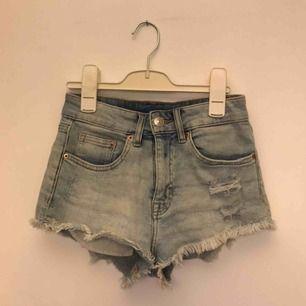 Snygga shorts från H&M som passar grymt till en solig sommardag, tyvärr blivit lite små för mig. Frakt kan tillkomma!
