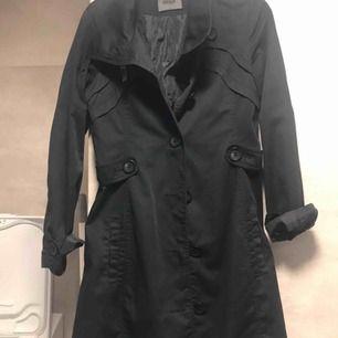 En lång svart kappa till vinter. OAVÄND! Kan skicka mer bilder vid behöv!