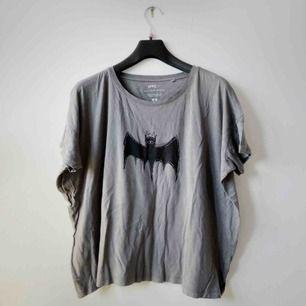 Mörkgrå tröja med fladdermusmotiv från UNIQLOs samarbete med MoMA som även går att knyta vid sidan! 🦇 Jag står jag för frakten!