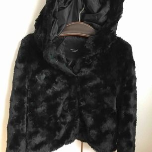 Fluffig jacka från Vero Moda. Använd en del men ser ut som ny! Frakt står för köparen.