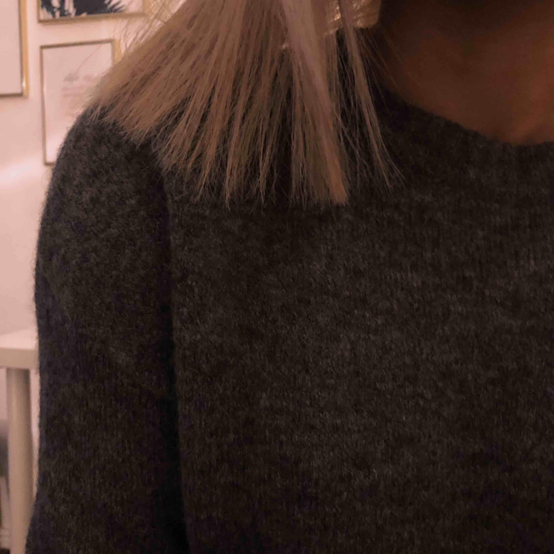 Grå stickad tröja, inte alls stickig i materialet!. Stickat.