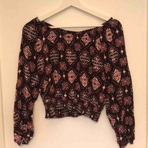 Väldigt fin tröja som även kan användas som en offshoulder, från H&M.  Tyvärr passar den mig inte längre, endast använd ett fåtal gånger. Frakt kan tillkomma