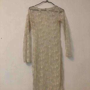 Lappen är borta. Men gissar på en S. Söt och fin spets klänning. Möts i Stockholm eller så betalar köparen för frakten! :)