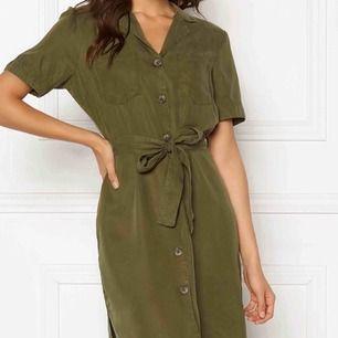Grön skjortklänning. Denna är helt oanvänd då jag endast glömde returnera i tid. Nypris är 379 kr från VILA.