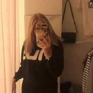 Fin fila sweatshirt i väldigt bra skick, frakt tillkommer på priset💓