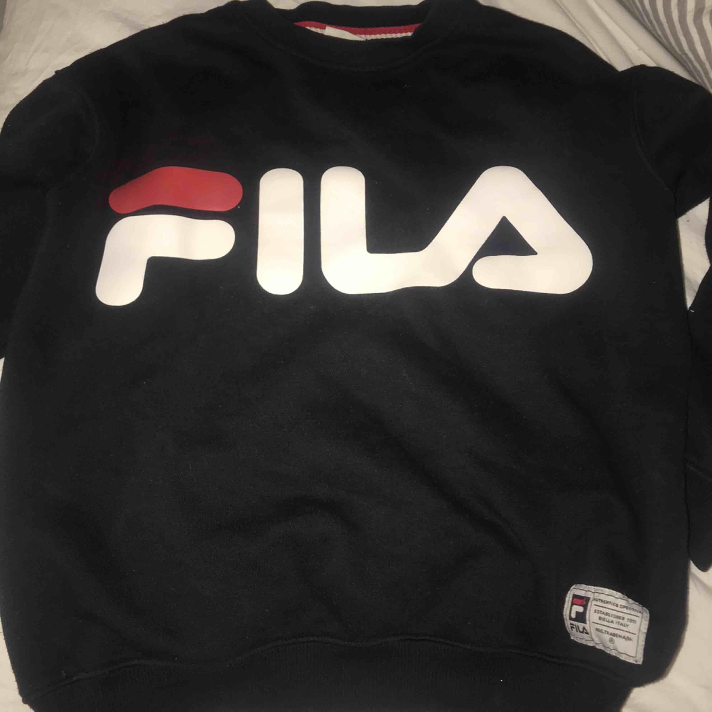 Fin fila sweatshirt i väldigt bra skick, frakt tillkommer på priset💓. Huvtröjor & Träningströjor.