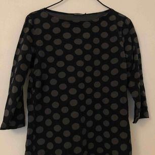 Marimekko trekvart tröja, prickig. Möts i Stockholm annars står köparen för frakten:)