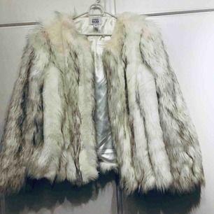 Säljer min Linn Ahlborg x Nakd jacka. Slutsåld online Superfint skick!  Kan mötas upp eller fraktas.  Nypris 1200kr
