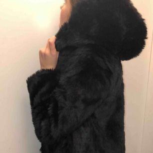 Använd fåtal gånger, svart fake fur jacka med luva passar M och Xs