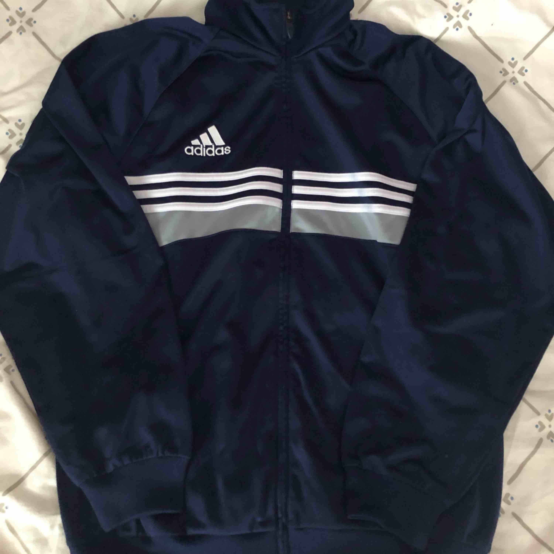 Vintage Adidas Track top i blå. 150kr inklusive frakt.. Huvtröjor & Träningströjor.