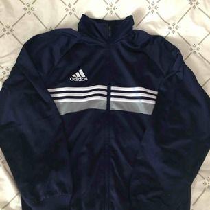 Vintage Adidas Track top i blå. 150kr inklusive frakt.