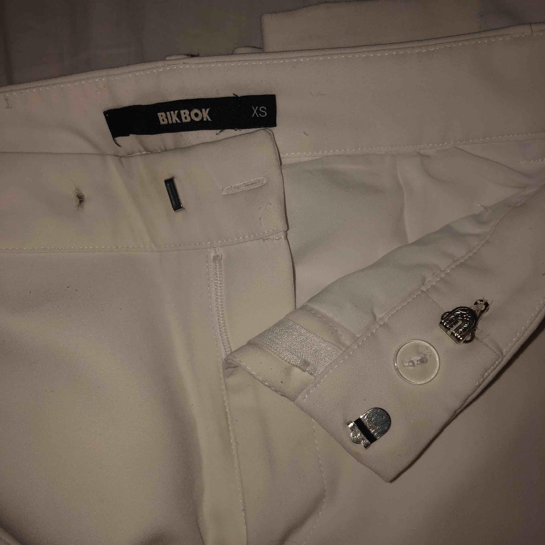 Vita utsvängda kostymbyxor från Bikbok⭐️ har sytt dit en till knapp så man kan sätta dom hårdare i midjan (se bild 3)💙 dom sitter som en smäck👌. Jeans & Byxor.