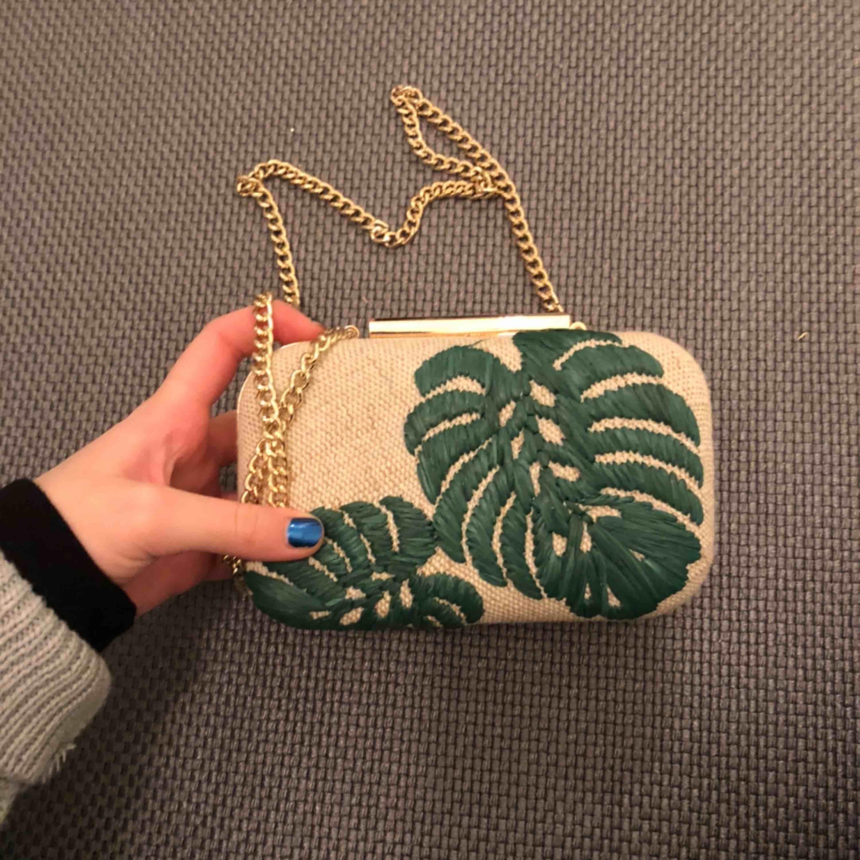 En superfin liten väska ifrån HM som tyvärr inte kommer till användning. Den har ett fint kedjeband som gör så att väskan går ner till höften. Meddela för fler bilder. Väskor.