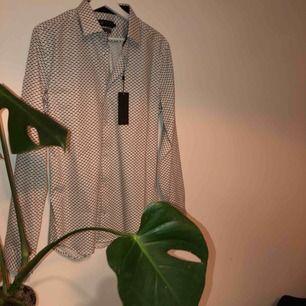 Helt oanvänd skjorta med små bilar på från Riley. Lappen är kvar!:) kan mötas upp i Göteborg annars står köparen för frakt<3