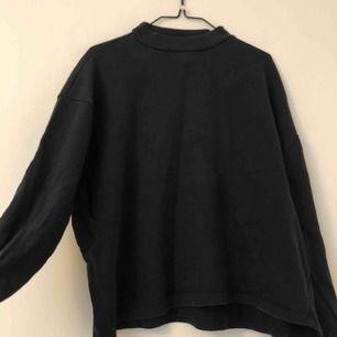 Marinblå polo sweatshirt. Möts i Stockholm annars betalar köparen för frakten:)