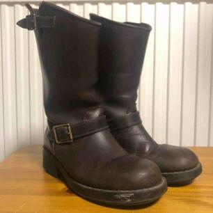 Märke: Johnny Bulls Modell: High boots Storlek: 36 Färg: Brun Material: Läder Skick: Använda, har vissa slitskador som syns på bilder