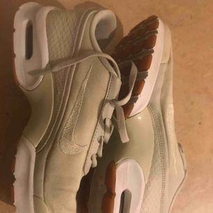 Nike Air från förra året MEN sparsamt använda för små för mig, passar nog om man har 37,5 eller 38. Supersnygga!! Och beige/off white i färgen 😍