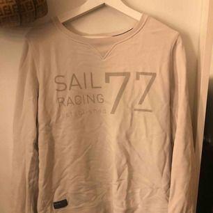 Säljer denna fina sweatshirt från sail racing, använd ett fåtal gånger. Nypris 499 säljer för 199kr