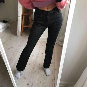 Svarta bootcut jeans, köparen står för frakten