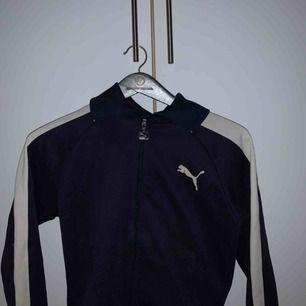 Marinblå tröja från Puma som jag inte använder längre. I relativt bra skick men flitigt använd☺️☺️ Köpare står för frakt!