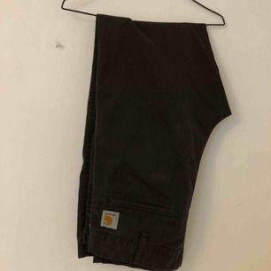 Carhart byxor, påminner lite om kostymbyxor. Dem är choklad bruna